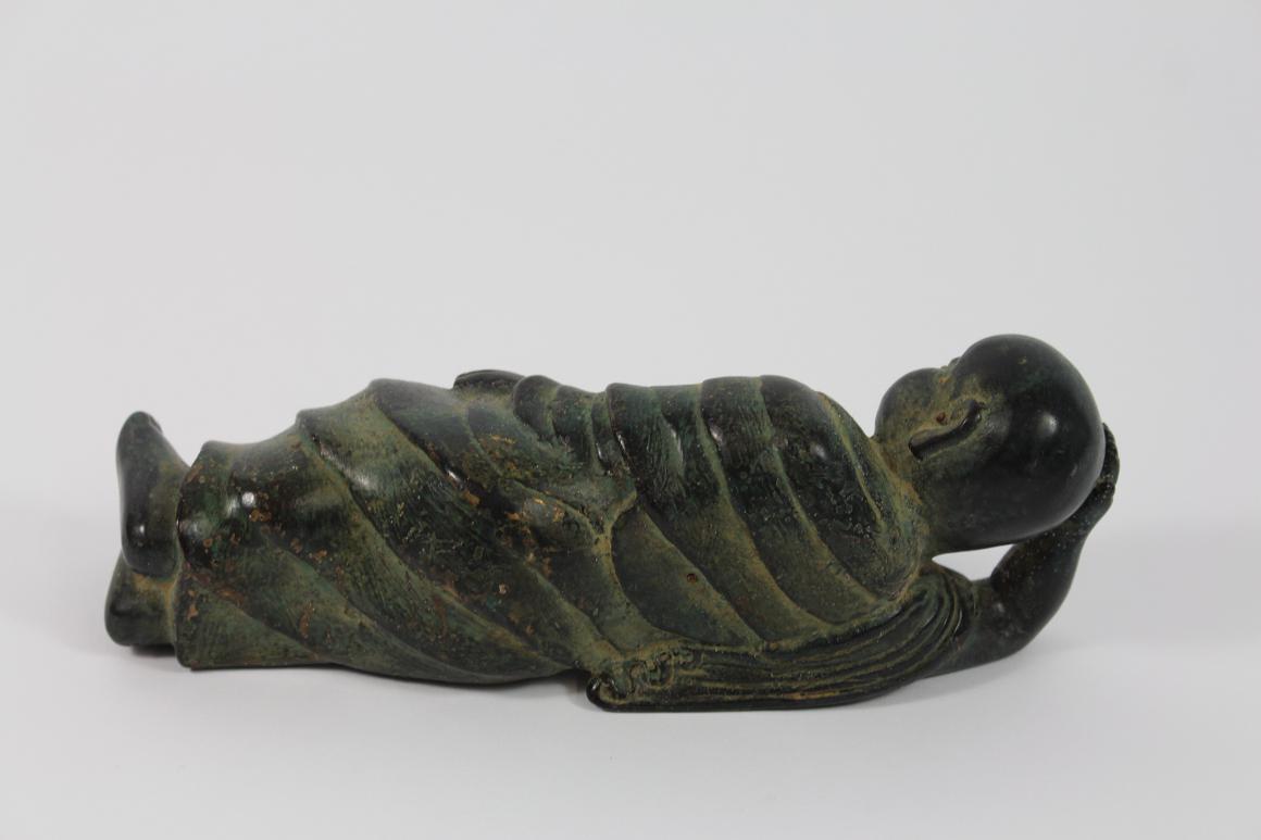 Skulptur Figur Bronze teilpoliert liegender schlafender Buddha Südostasien